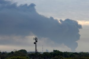 Hjustone degant chemijos gamyklai virš miesto kyla dūmų stulpas