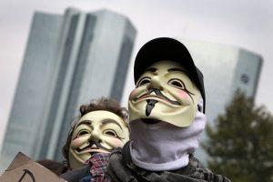 """""""Anonymous"""" atakavo Graikijos centrinį banką"""