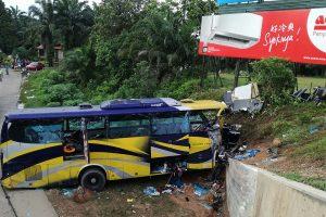 Malaizijoje per autobuso avariją žuvo 14 žmonių
