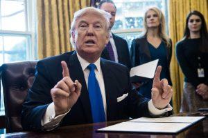 """D. Trumpas gaivina """"Keystone"""" ir Dakotos naftotiekių projektus"""