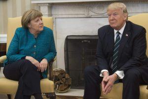 D. Trumpo atstovas: prezidentas neatsisakė paspausti ranką A. Merkel