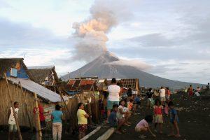 Filipinai svarsto priverstinę evakuaciją iš pavojingos zonos aplink ugnikalnį