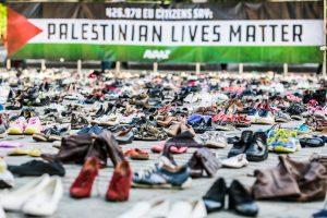 Aktyvistai prie ES Tarybos išrikiavo 4 500 batų porų