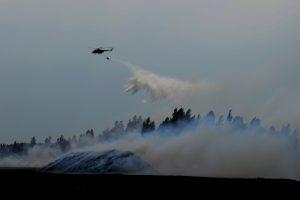 Šiauliuose dega durpynas, gesinti padeda kariuomenės sraigtasparnis