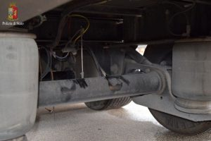 Italijoje prie sunkvežimio važiuoklės prisirišęs afganas nukeliavo 400 kilometrų