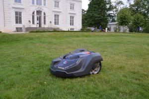Užutrakio parkas investavo į tylą – rūmų veją prižiūri robotas