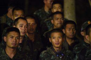 Tailande užtvindytą urvą paliko medikas ir trys narai