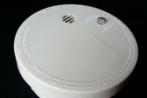 Ugniagesiai dažniau aptinka dūmų detektorius prekybos vietose, nei žmonių būstuose