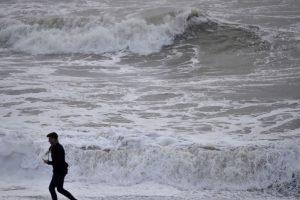 Britanijoje per audrą vienas žmogus žuvo, dar vieno ieškoma