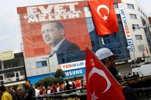 Turkai Vokietijoje jau balsuoja referendume dėl R. T. Erdogano galių