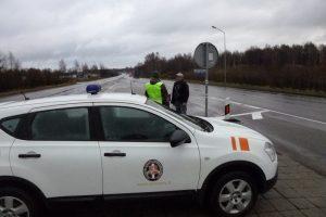 Teisės vairuoti neturintis Latvijos pilietis apsirūpino suklastotu čekišku dokumentu