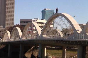 Pavojingas triukas: laviravimas dviračiu siaura tilto arka