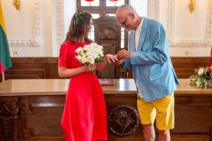 Menininkų M. Jonučio ir L. Dūdaitės vestuvės: jis su šortais, ji – raudona suknele