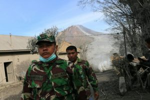 Indonezijoje išsiveržęs ugnikalnis pasiglemžė žmonių gyvybes