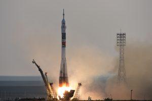 """Trys astronautai į kosmosą pakilo modernizuotu erdvėlaiviu """"Sojuz"""""""