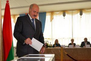 Baltarusiai balsuoja parlamento rinkimuose, kuriuos kritikuoja opozicija