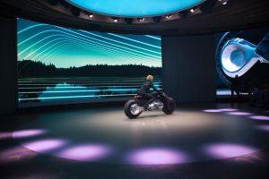 BMW pristatė ateities motociklą, kuris pats išlaiko pusiausvyrą