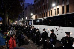 Iš neteisėtos stovyklos Paryžiuje pradedami evakuoti migrantai