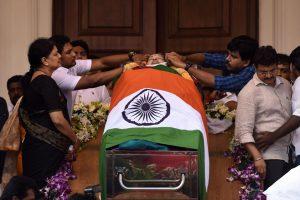 Indija gedi populiariausios šalies politikės