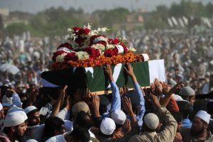 Tragiškai žuvusio Pakistano dainininko laidotuvėse dalyvavo tūkstančiai