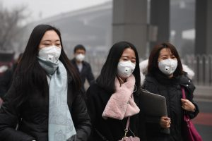 Kinija penktą dieną dūsta nuo tiršto smogo
