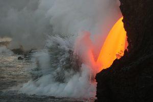 Havajuose į jūrą tekanti lava sukėlė smarkius sprogimus