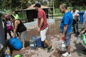 Čilės sostinėje po baisių potvynių palengva atkuriamas geriamojo vandens tiekimas