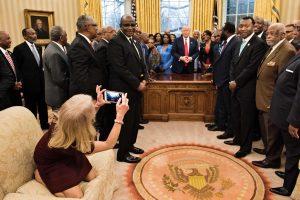 Baltuosiuose rūmuose ant sofos susirangiusi D. Trumpo patarėja sulaukė kritikos