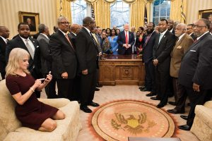 D. Trumpo padėjėja teisinasi dėl savo elgesio Baltuosiuose rūmuose