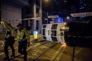 Honkonge apvirtus tramvajui sužeisti 11 žmonių