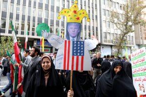 """Protestą Irane lydėjo skanduotė """"mirtis Amerikai"""" ir degančios JAV vėliavos"""