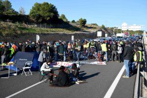 Katalonijoje protestuotojai blokuoja kelius ir geležinkelius