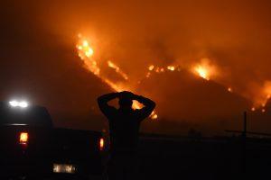 Kalifornijoje toliau siaučia stipraus vėjo genami miškų gaisrai