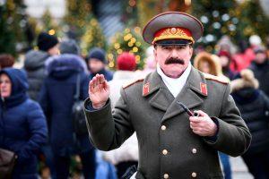 """Rusijoje uždraustas filmas """"Stalino mirtis"""" Baltarusijoje bus rodomas"""
