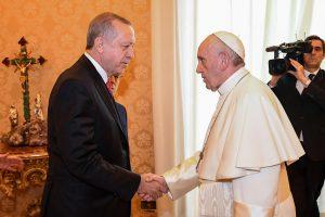 Popiežius Turkijos prezidentui įteikė taikos simbolį