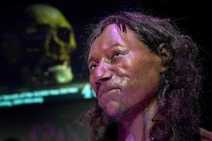 Mokslininkai: ankstyviausias žinomas britas buvo tamsiaodis ir mėlynakis