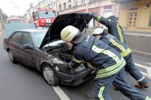 Miesto centre užsiliepsnojo automobilis, žmonės vos spėjo išlipti