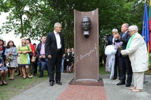 Čekiškėje atidengtas paminklas signatarui P. Dovydaičiui