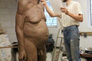 M. Saukos parodoje – nuogų senyvų žmonių skulptūros