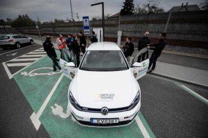 """Elektromobilių niuansai: kodėl apdrausti """"Tesla"""" – brangiau nei """"Nissan""""?"""