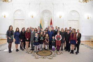 Prezidentūroje apdovanoti Konstitucijos egzamino nugalėtojai