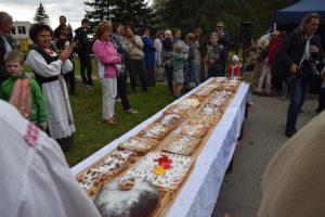 Babtiškiai iškepė 9 metrų ilgio obuolių pyragą