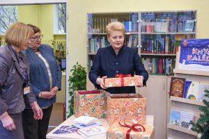 """""""Knygų Kalėdos"""": prezidentė padovanojo knygų savo rajono bibliotekai"""