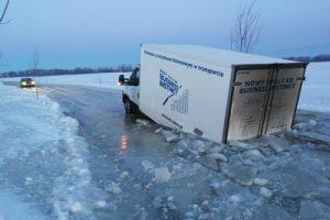 Ledo kelyje įlūžo sunkvežimis