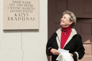 Sostinėje atidengta poeto K. Bradūno atminimo lenta