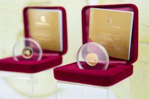 Į apyvartą išleidžiama 5 eurų kolekcinė moneta, skirta fizikai