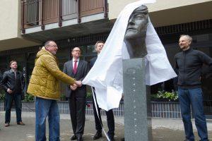 """Vilniuje atidengta skulptūra legendiniam """"bitlui"""" J. Lennonui"""
