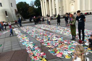Katedros aikštę nuklojo rekordinis piešinys iš vaikų žaislų