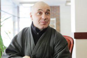 Vaidinantis vienuolis krūpteli, išgirdęs žiūrovų juoką