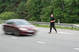 Į namus – pėsčiomis per autostradą ir žaidžiant su mirtimi